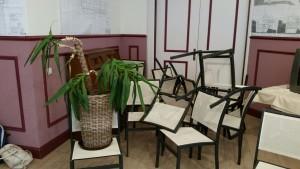 stoelen als chaos - communicatie zonder woorden| familieopstellingen limburg Valkenburg